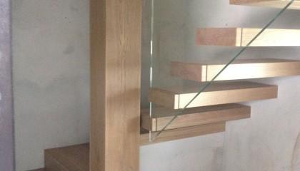 Scala a sbalzo in Rovere con ringhiera in vetro
